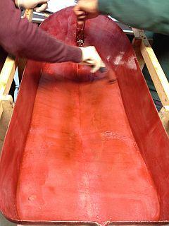 Rumpf 01 von 13 entsteht mit Gelcoat in Rot-Braun